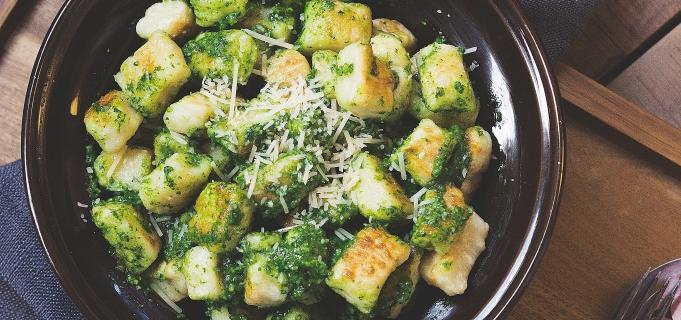Špenát z čerstvých listů s gnocchi, tofu a tempehem