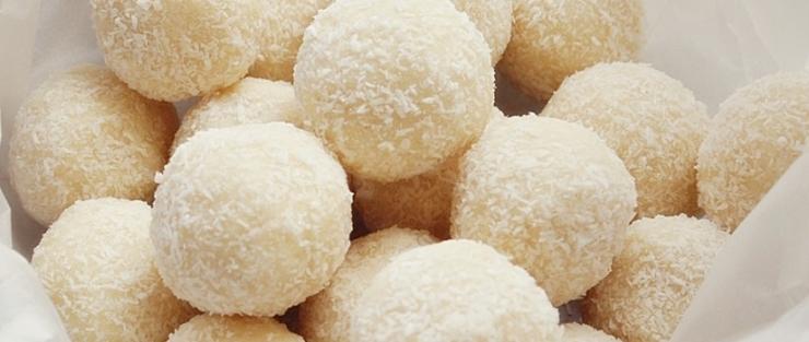 Sladké arašídové kuličky v kokosu